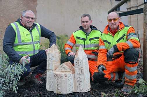 Valentin Benzkirch, Bernd Gesellchen und Manuel Karbach (v. l.), Baumpfleger bei StadtGrün, mit dem Insektenhotel in Form des Doms. Bild: Presseamt Trier