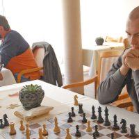 Die Studierenden verbringen gern mit den Bewohnerinnen und Bewohnern der Seniorenresidenz Zeit. Joshua Ruffing, Student der Politikwissenschaft an der Uni Trier, liebt das Schachspiel.