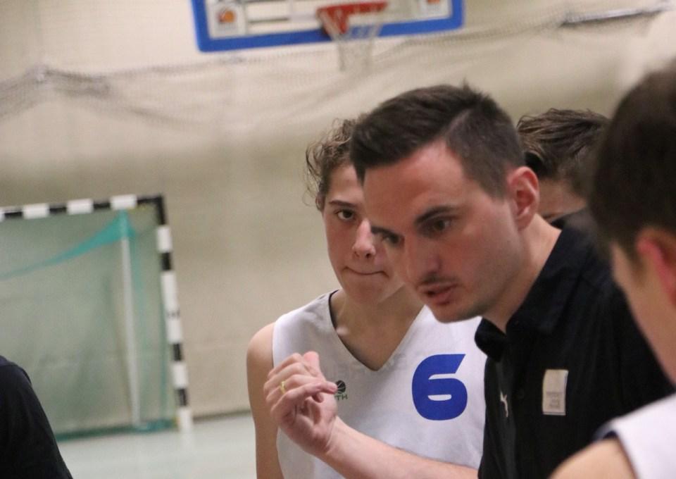Pascale Heinrichs coacht sein Team. Foto: Michael Flechsig