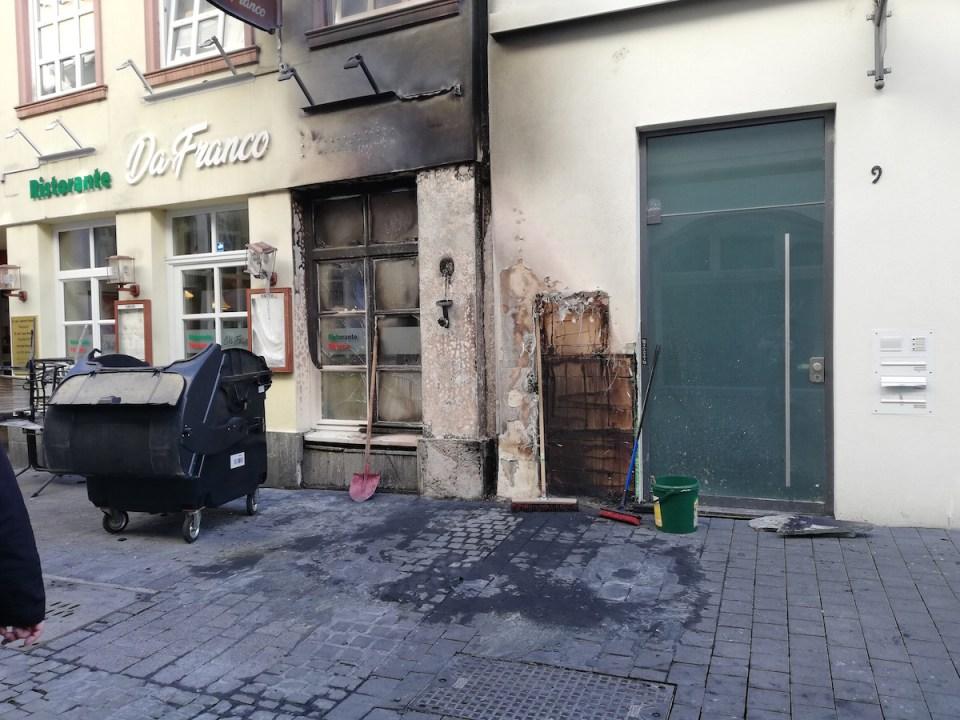 Brandschaden in der Palaststraße verursacht durch brennende Müllsäcke Foto: 5VIER.de