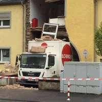 LKW beschädigt Hauswand