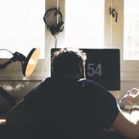 Das Bild zeigt einen sitzenden Mann am Schreibtisch im Homeoffice.
