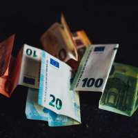 Das Bild zeigt Geldscheine. Foto: Markus Spiske von pexels