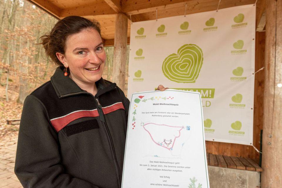 Hier präsentiert Elsa Hameury den Parcours für das Weihnachts-Waldquiz im Meulenwald. Bild: Rolf Lorig
