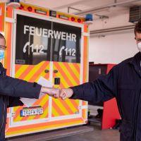 Triers Feuerwehrchef Andreas Kirchartz (links) überreicht dem Berufsfeuerwehrmann Jürgen Becker ein Dankesschreiben des Trierer Polizeipräsidenten Rudolf Berg. Bildquelle: Presseamt Trier