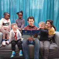 Standortleiter Christian Kunz der Kita Maria Königin liest den Kindern eine Geschichte vor. Bildquelle: Bistum Trier