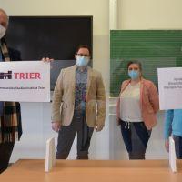 OB Wolfram Leibe, Björn Borkenhagen und Maylin Müllers (Leitung Kommunales Studieninstitut, v. l.), begrüßen den Geschäftsführer der VWA, Thomas Kiewel (r.), deren Geschäftsstelle nun in einen Raum des KSI heimisch ist. Bildquelle: Presseamt Trier
