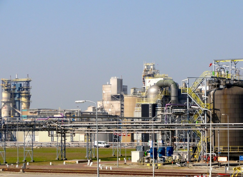 Das Bild zeigt eine Industrieanlage in den Niederlanden. Foto: Image by David Mark from Pixabay