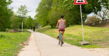 Sommerliche Temperaturen haben am vergangenen Sonntag zahlreiche Menschen zum Fahrradfahren an die Mosel gelockt. Der Radweg an der Mosel befindet sich jedoch in einem schlechten Zustand. Bei den vielen Rissen und Unebenheiten bleibt der Fahrspaß auf der Strecke. Bildrechte: Frederik Herrmann