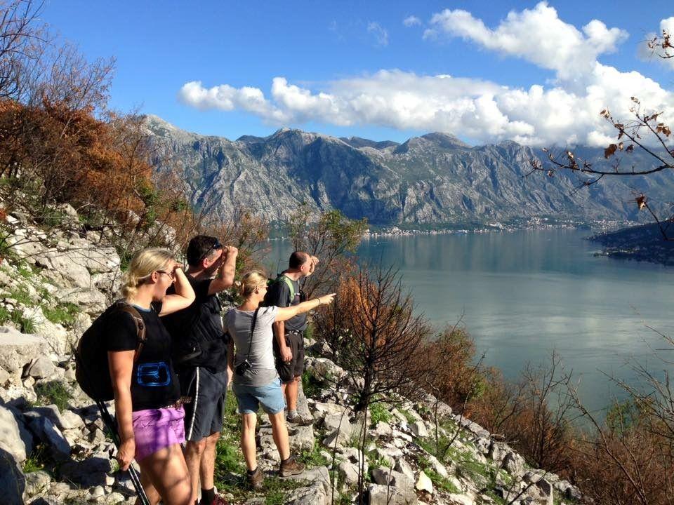 Helga geht oft mit ihren Gästen die schönsten Wanderwege entlang. Hier mit Trierern, die einen Blick auf die Bucht werfen. Bildquelle: Helga Haag