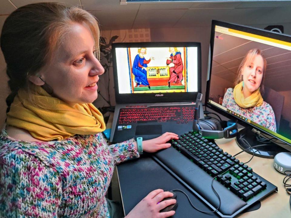 Kursleiterin Hanna Verena Knopp bei einer Online-Folge der Museumsdetektive. Bildquelle: Stadtmuseum Simeonstift Trier