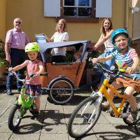 Andreas Geers übergab den jungen Eltern Laura Fischbach und Simon Schellen eine Urkunde und passende ADFC-Fahrradklingeln, Bildquelle: ADFC