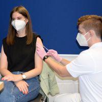Die Impfdosen werden von Mitarbeitenden des Deutschen Roten Kreuzes gespritzt. Bildquelle: Universität Trier