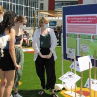 Interessierte Besucherinnen bei der interaktiven Ausstellung der LA21. Bildquelle: Lokale Agenda 21 Trier