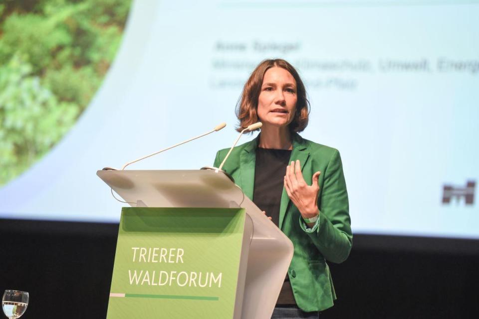 Will mit neuen Mitarbeitern im Forst die Arbeit auf mehr Schultern verteilen: Ministerin Anne Spiegel. Bildquelle: Rolf Lorig