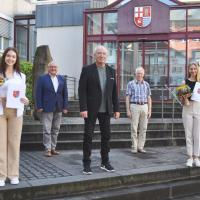 Der Erste Kreisbeigeordnete Michael Billen (Mitte) gratuliert Selina Schneider (links) und Theresa Florath (rechts) im Beisein von Amtsleiter Helmut Berscheid (hinten links) und Mitarbeiter Erich Kill (hinten rechts). Bildquelle: Kreisverwaltung