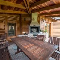 Das Foto zeigt Holzmöbel für den Aussenbereich - Foto: oto von Max Vakhtbovych von Pexels