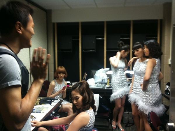 Wonder Girls дээр буцаад ирчихлээ. Тэд намайг дахин харахад ямар их баярдаж байгааг хараач