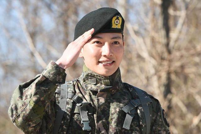 Ji Chang Wook zwolniony z wojska;  Wyraża wdzięczność kolegom żołnierzom Kang Ha Neul, Sunggyu i Onew