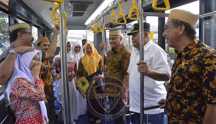 Gubernur Gorontalo Serahkan Bus Sekolah Gratis Bagi Warga Bonebol