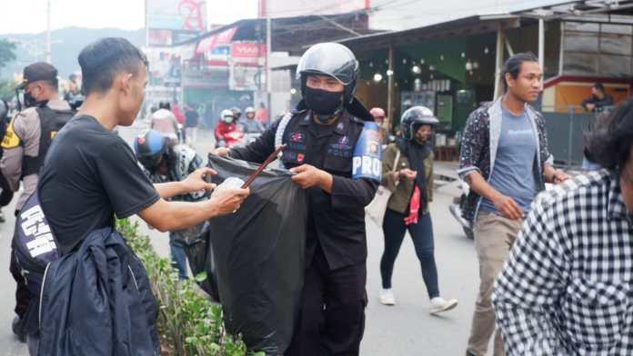 Bersih-Bersih Sampah Akibat Demo