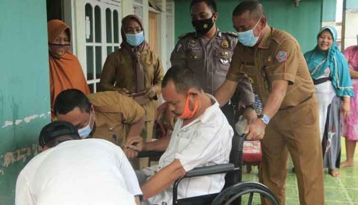 Penderita Stroke di Marisa Utara dapat Bantuan Kursi Roda