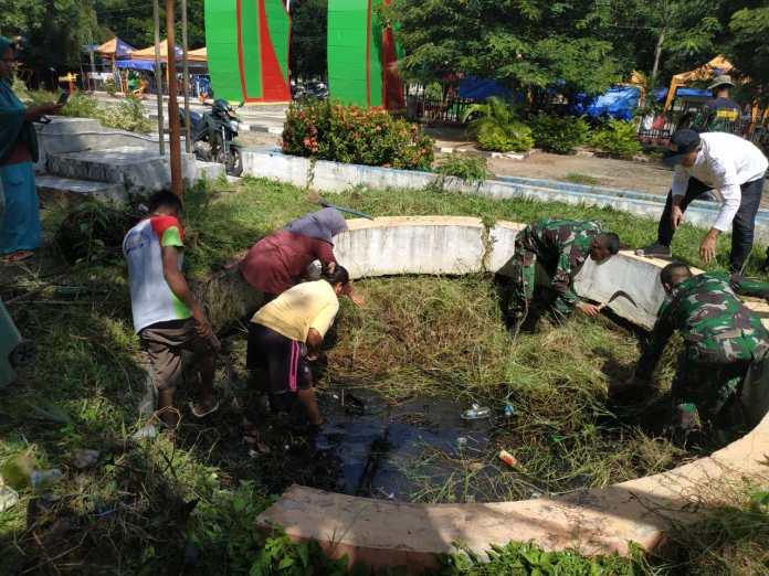 DLH Gorontalo Utara Bersama Beberapa Instansi Lakukan Pembersihan Sampah di RTH