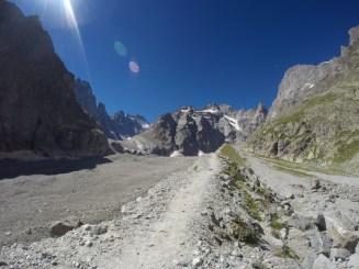 Et non, à gauche ce n'est pas au même niveau que le sentier, c'est le Glacier Noir