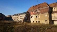 Schmuck renovierte Häuser und Ruinen liegen in Pirna nah beieinander
