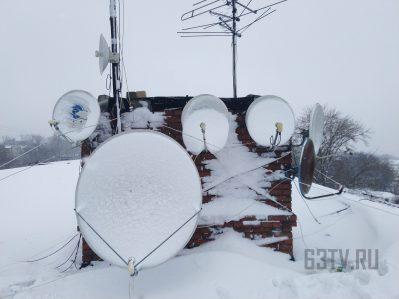 спутниковые антенны в снегу