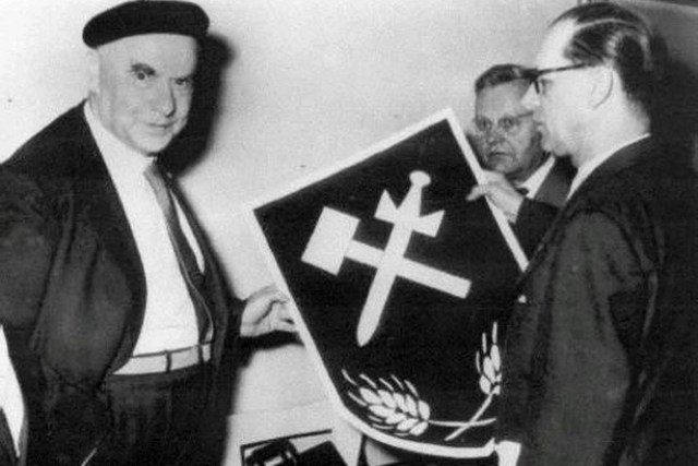 Otto Strasser recebe a nova insígnia da União Social Alemã entregue a ele por Willy Meir em 18 de junho de 1956, em Miltenburg. Imagem: Reprodução