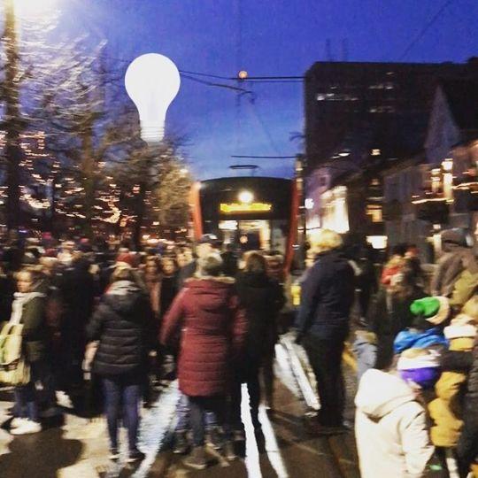 Rolig tradisjonell tenning av julelys i Bergen #lysfest #bergenutavnorge  #bt bergen