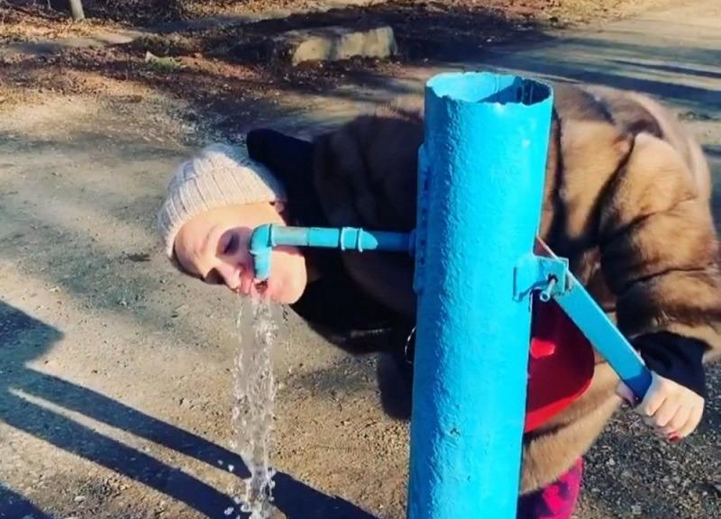 Певица Слава оценила воду из оренбургской колонки