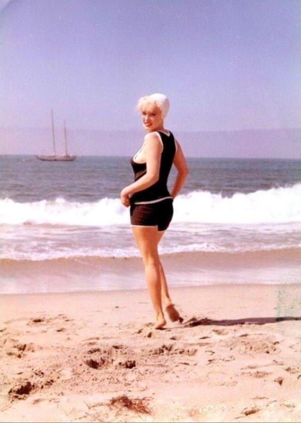 "4d2c704f96 30 candid photographs of Marilyn Monroe in black swimsuit from the 1959  movie ""Some Like It Hot"" beach scene."