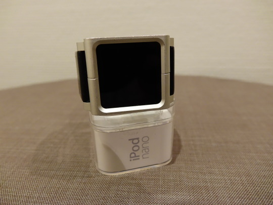 iPod nano 6G im Gehäuse, um den iPod als Armbanduhr tragen zu können