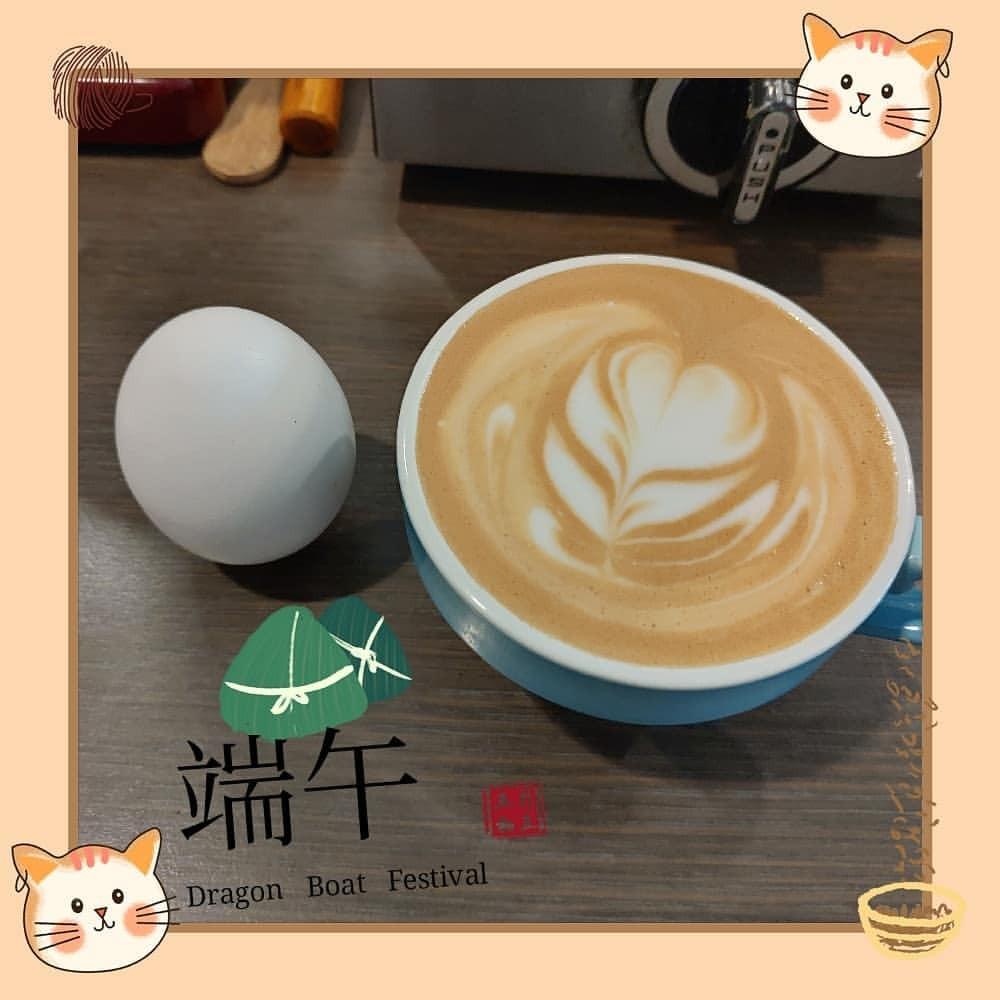 貓咪日和咖啡屋 - ネコ日和コーヒー屋 Blog — . 端午節快樂! . #立蛋 #端午節 #拿鐵 #拉花 #咖啡 #egg #latte...