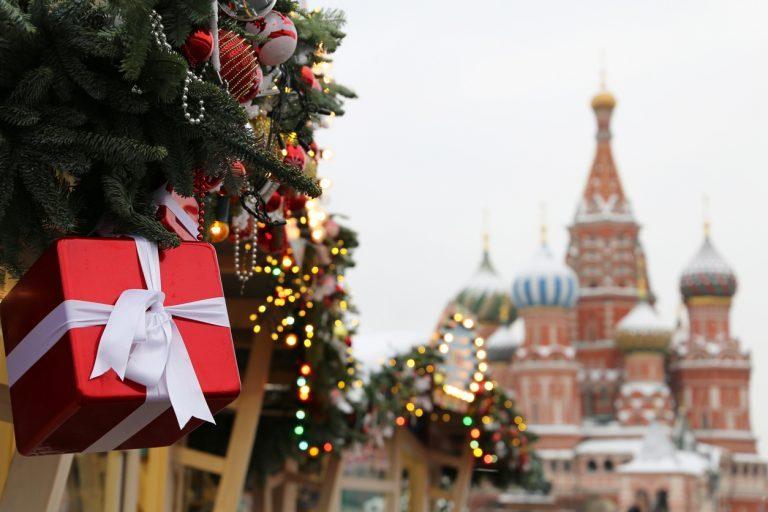 Около 35% россиян не хотят или не собираются отмечать Новый год. Остальные экономят на еде и елке