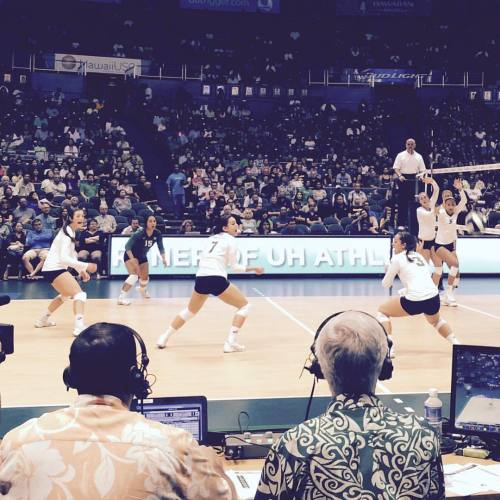 Let's go bows! #DateNight #wahinevolleyball (at Stan Sheriff Center)