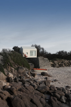 cabinporn:  Seaside Viking Cabin in Fermanville, France, on the Normandy coast, a refurbished 12sqm fisherman shack built onto a pink granite rock, overlooking the shore where landed the first Vikings during the 9th century.Architect: @aubry.guillaumePhoto : @juleskingdom