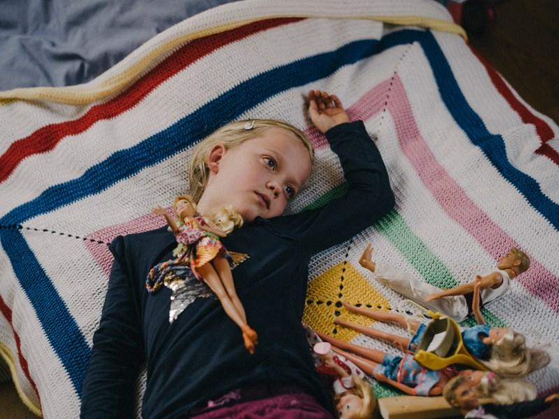 7 октября Нора играет с Барби, которую ее мать Сьюзен Пенквитт купила в 1989 году, в их доме в Тауха, Германия.