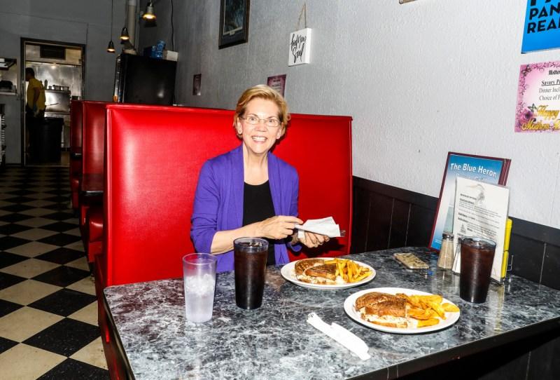 4 мая кандидат в президенты от Демократической партии сенатор Элизабет Уоррен останавливается на обед в «Голубой цапле» в Мейсон-Сити, штат Айова.