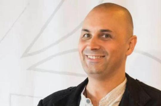 """Entrevista a Manuel Esteban: """"A min o traxe de escritor aínda me tira do escave"""""""