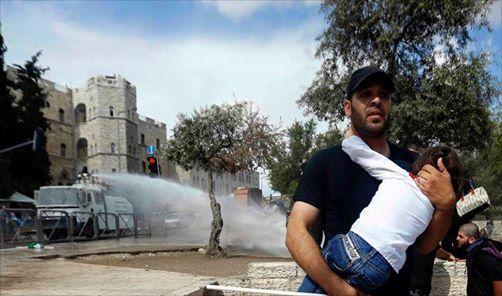 """corallorosso: """" La civiltà israeliana: acqua di fogna sulle case palestinesi Di Sulaiman Hijazi. Il camion delle forze israeliane ritratto nella foto non lancia acqua sulle case e sui manifestanti: lancia acqua di fogna e l'odore rimane in giro per..."""