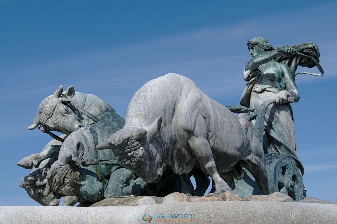 Copenaghen: what else?Copenaghen, la città ideale, dove l'arte si lega (in senso metallurgico) alla vita quotidiana, dove la...