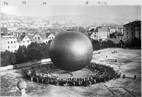 polychroniadis:   Gas balloon designed by aerial photographer... 1