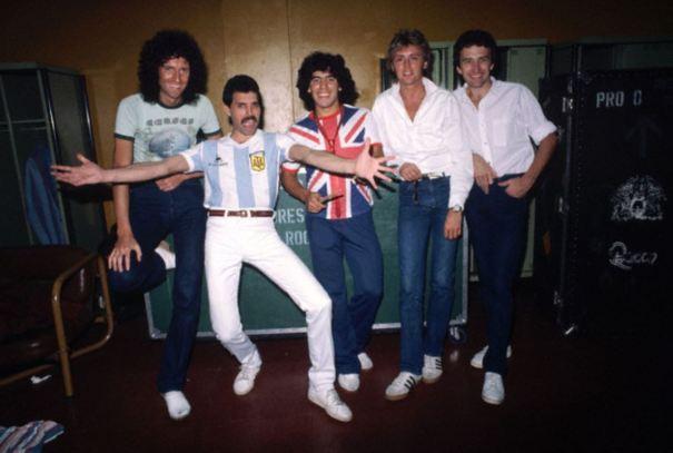 3250e63b91c When Freddie Mercury swapped shirts with Diego Maradona.