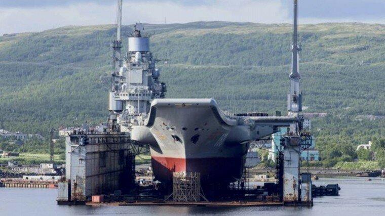 Тяжелый авианесущий крейсер «Адмирал Кузнецов» в плавучем доке ПД-50 незадолго до аварии.