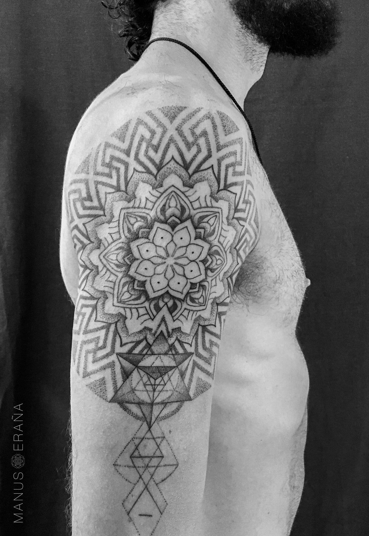 Manus Eraña Tattoo Bcn Tatuaje Sagrado Mandala Y Puntillismo En