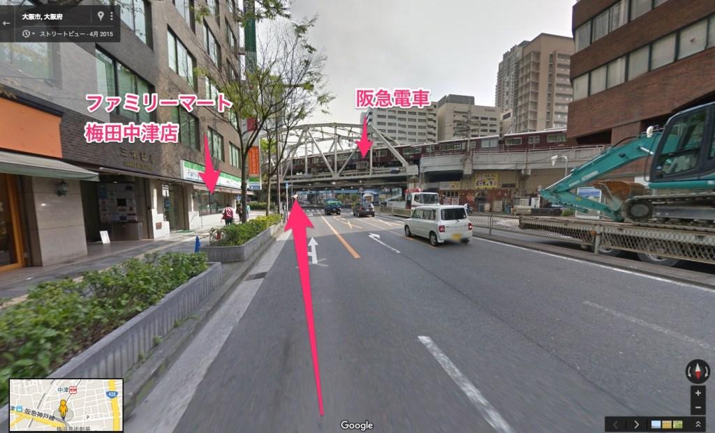 阪急高架の前