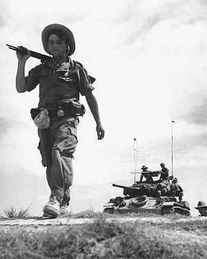 共産勢力内でパトロールを行うフランス外人部隊とM24軽戦車。